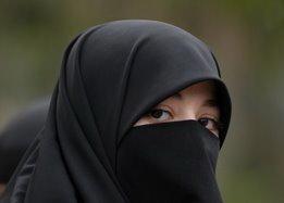 Isteri yang Solehah sentiasa menjaga Aurahnya, sentisa taat pada suami, sentiasa mengembirakan suami