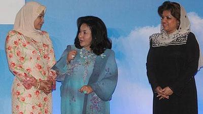 Raja permasuri agong , Rosmah, dan Sharizat .